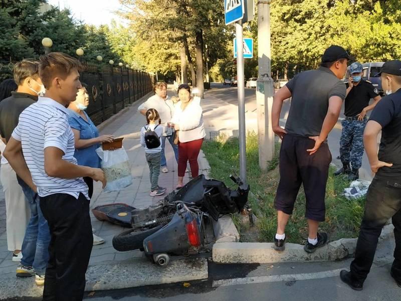В центре Бишкека «Лексус 470» сбил мотоцикл с двумя парнями. От удара они улетели в арык