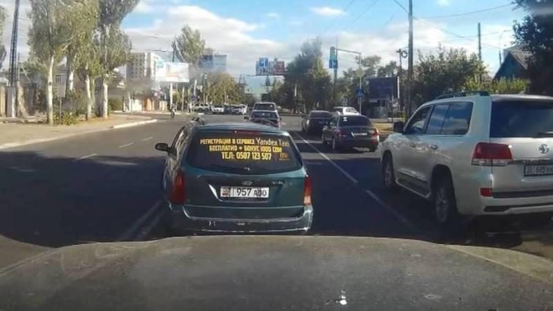 На ул.Юнусалиева «Форд» проехал через две сплошные. Видео