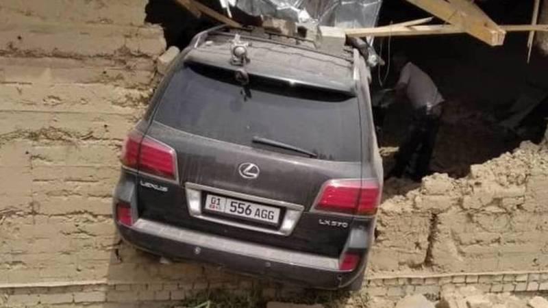 Lexus LX 570 пробил стену и заехал в недостроенный дом. Пострадали водитель и пассажир, - УПСМ