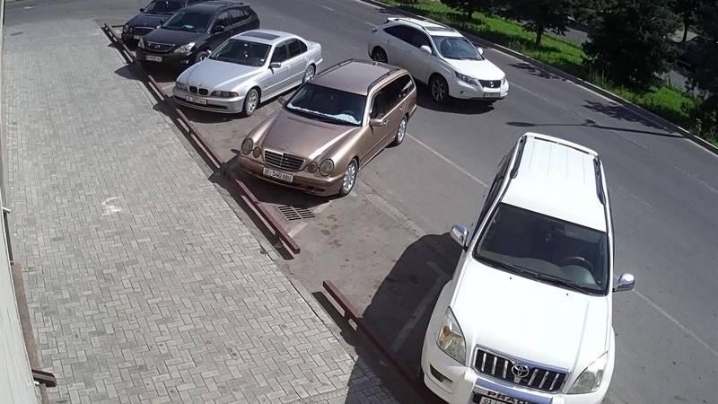 На ул.Жукеева-Пудовкина человек на самокате врезался в «Мерседес». Момент столкновения