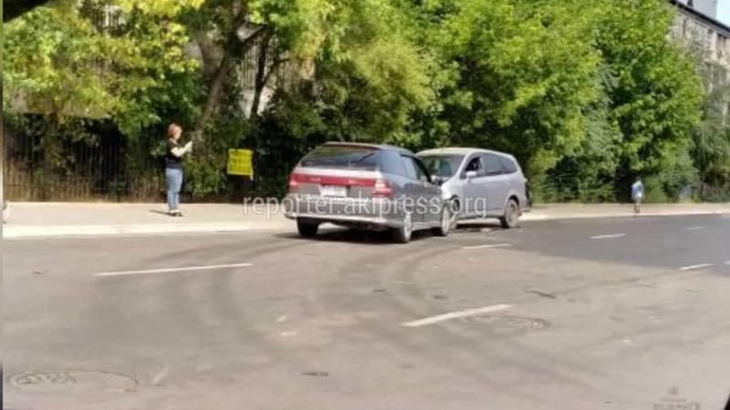 В Бишкеке лоб в лоб столкнулись две «Хонды»