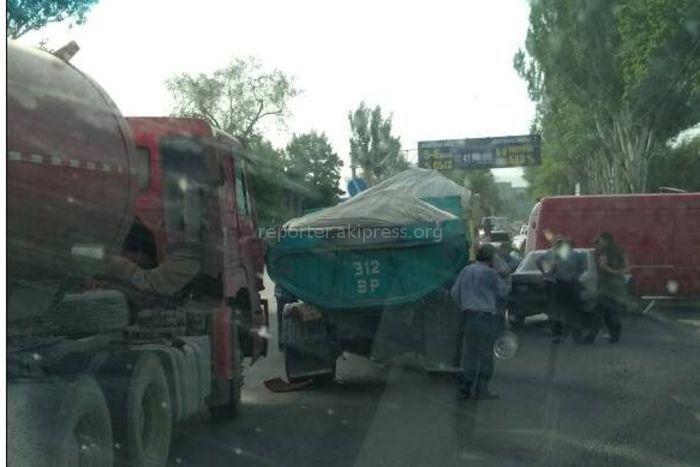 В Бишкеке столкнулись три грузовика и микроавтобус <i>(фото)</i>