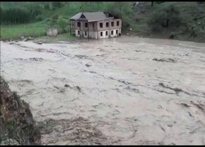 <b>Видео – В Лейлекском районе сели затопили несколько сел и город Исфану</b> <i>(дополнено)</i>