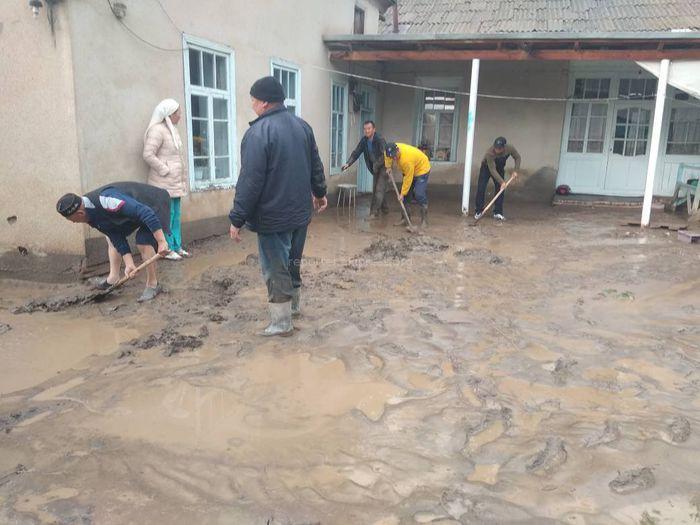 Жители села Чимген Баткенской области разбираются с последствиями сошедших селей <i>(фото)</i>