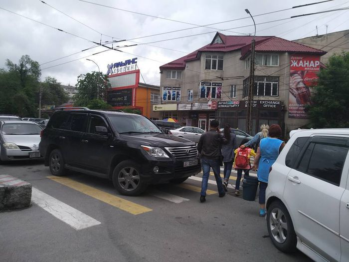 В центре Бишкека оставили «Лексус» на «зебре», заняв половину проезжей части (фото)