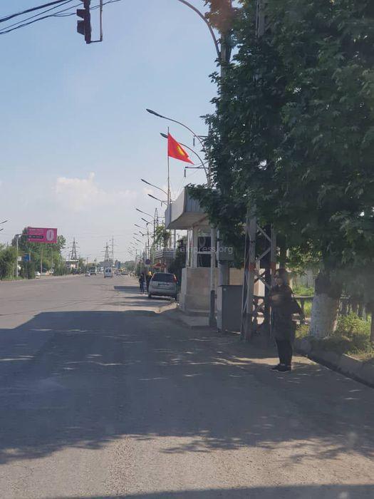 На посту ОБДД в Оше неправильно повесили флаг <i>(фото)</i>