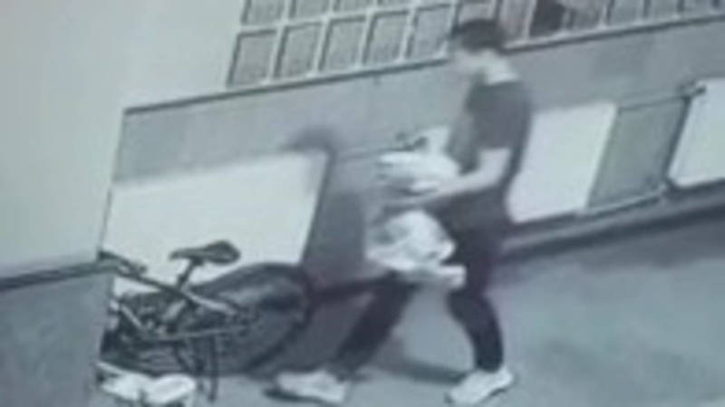 Из подъезда дома на проспекте Айтматова парень украл велосипед Trinx. Видео
