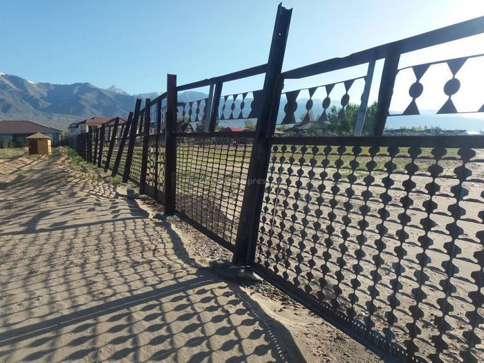 Фото — На Иссык-Куле клуб-отель закрыл доступ к пляжу в селе Чок-Тал. Законно ли?