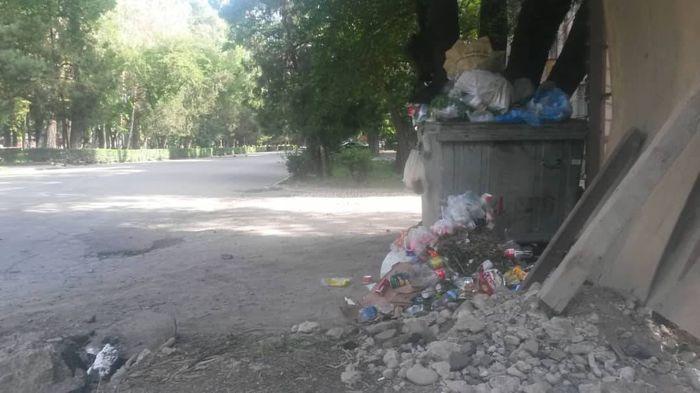 На Эркиндик-Чуйкова в Бишкеке мусорные баки забиты (фото)