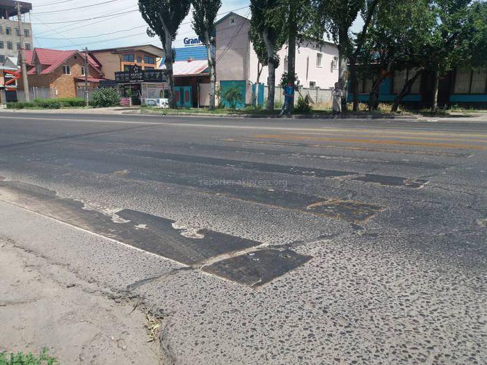 На ул.Юнусалиева неаккуратно залитый битум пачкает пешеходов и машины (фото, видео)
