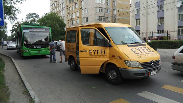 Фото — В Бишкеке троллейбус столкнулся с бусом