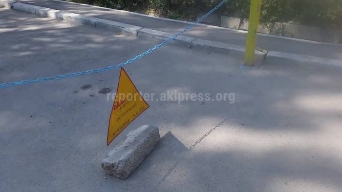 Бишкекчанин просит убрать ограждение рядом с домом №45 в мкр Аламедин-1