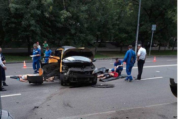 Фото, видео — Таксист из Кыргызстана и два пассажира попали в смертельное ДТП в Москве