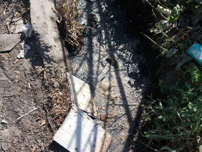 Арык на Жайыл Баатыра-Труда в Кара-Балте забит мусором (фото)
