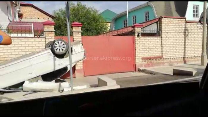 Видео — ДТП на Акиева с участием двух машин. Из-за столкновения одна из машин перевернулась