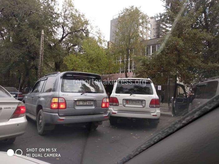 Водитель припарковался на проезжей части дороги на Московской