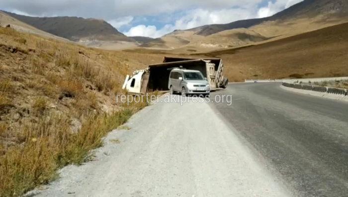 На участке автодороги Бишкек—Ош произошло ДТП (видео)