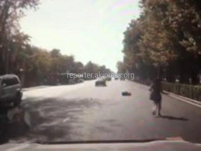 Момент автонаезда на 17-летнюю девушку возле БГУ попал на <b>видео</b>