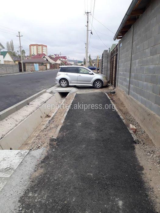 Машина периодически перегораживает тротуар на улице Репина <i>(фото)</i>