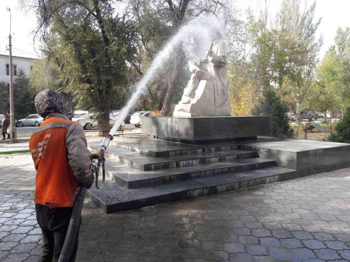 Сотрудники «Тазалыка» помыли памятник Калыка Акиеву (фото)
