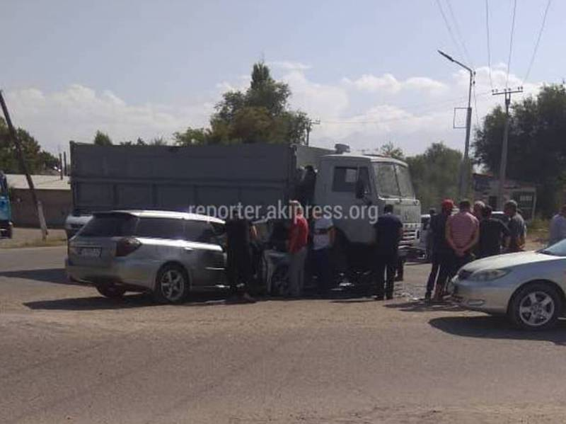 В Чуйском районе легковушка врезалась в КамАЗ (фото, видео)