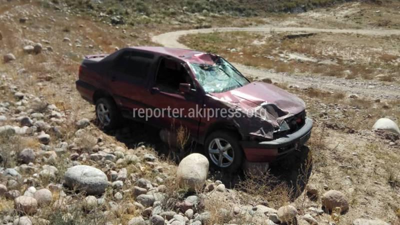 Фото — В селе Боконбаево машина перевернулась, упав с обрыва на высокой скорости