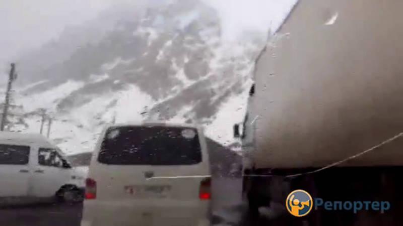 Тоннель на перевале Төө—Ашуу закрыт, образовались пробки (видео)