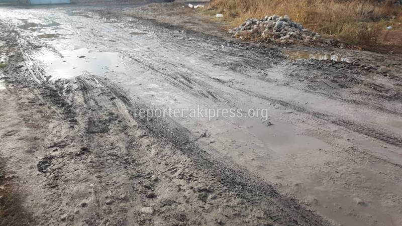 Фото — Житель: Дорога в МТФ, где в грязи застряла «Тойота», до сих пор не сделана