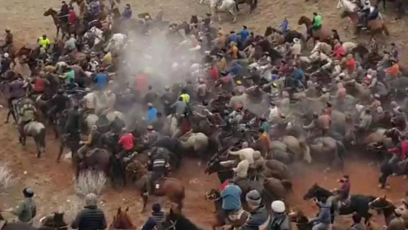 Более сотни всадников. Эпичные видеокадры с улак тартыш в Жалал-Абаде