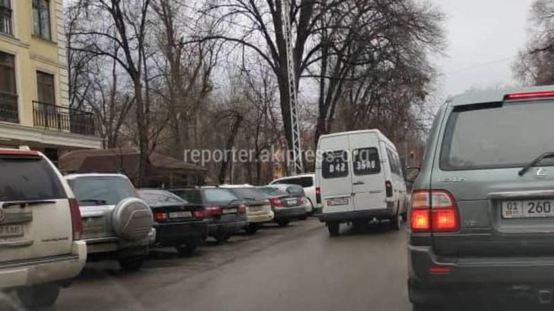 На ул.Московская водитель маршрутки №195 передвигался по встречной полосе - бишкекчанин (фото)