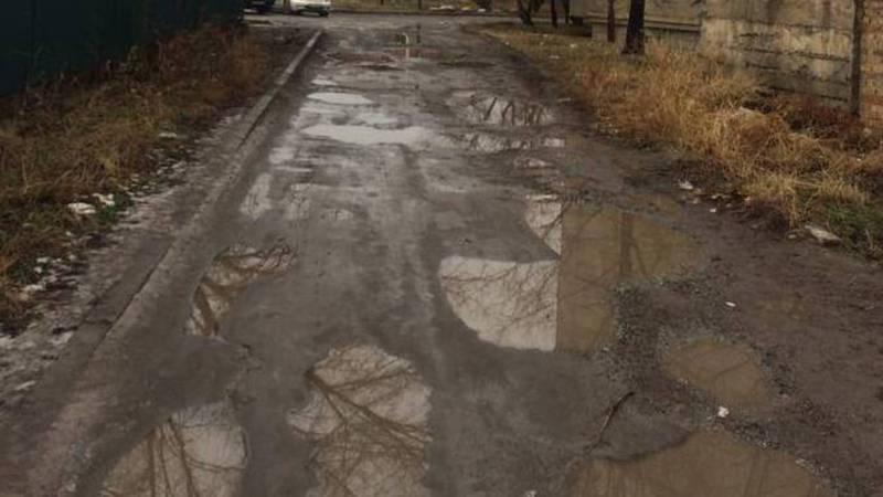 В городе Шопоков на улице Футбольная невозможно ходить из-за ям с лужами, - житель (фото)