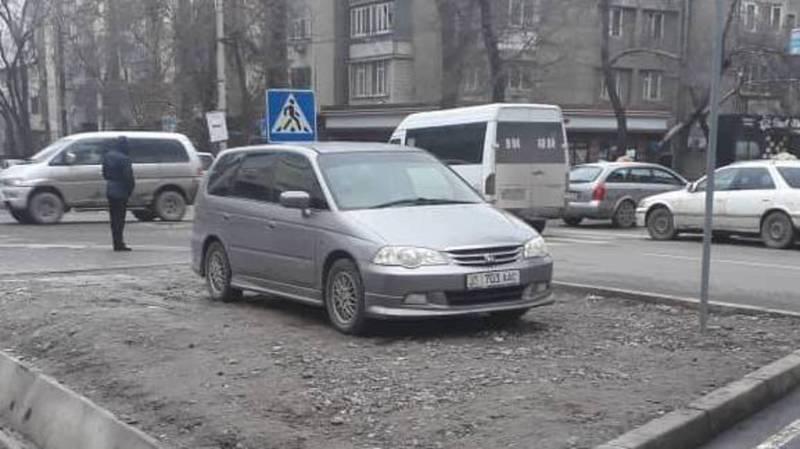 В Бишкеке на Калыка Акиева водитель «Хонды» припарковался на газоне, - читатель (фото)