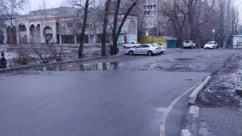 В мкр. Аламедин-1 от улицы Калинина до жилых домов отсутствует пешеходная дорожка, - житель (фото)