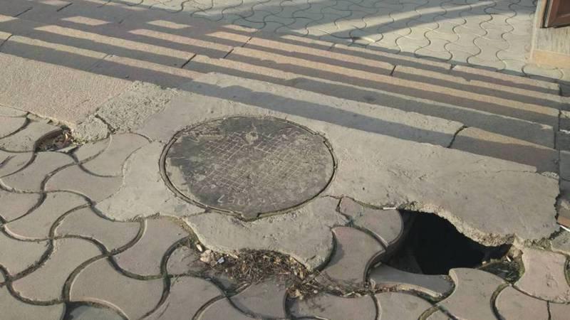 На Абдрахманова-Московской дыра в тротуаре около центральной аптеки, - бишкекчанин (фото)