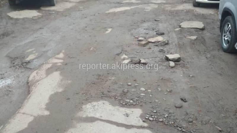 На улице Льва Толстого дорога возле дома №59 в плохом состоянии, - бишкекчанин (фото)