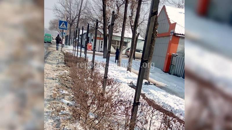 На проспекте Жибек Жолу в Бишкеке демонтируют ограждения вдоль дороги (фото)