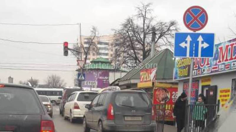 На Чуй-Павлова водители такси паркуются под запрещающим знаком, - бишкекчанин (фото)