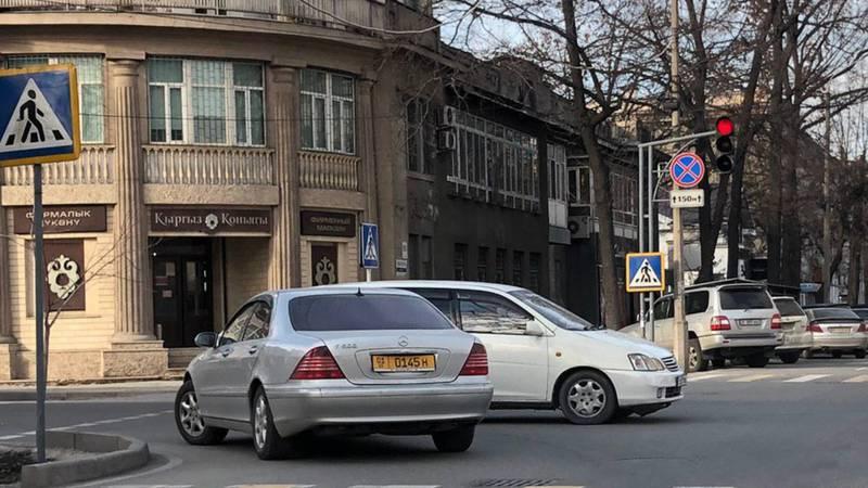 На Токтогула-Тыныстанова водитель «Мерседеса» грубо нарушил ряд ПДД, - бишкекчанин (фото)