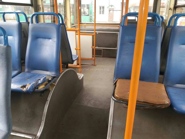 Бишкекчанин просит улучшить состояние сидений в троллейбусах (фото)
