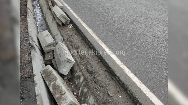В Бишкеке на пр.Манаса лежат поваленные бордюры, - горожанин (фото)
