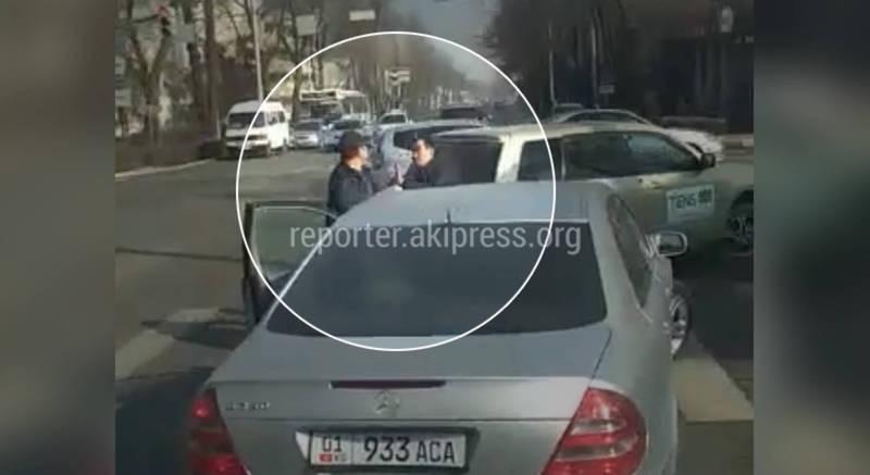 Видео – В Бишкеке произошла драка между водителями