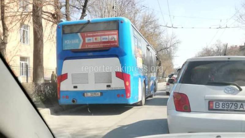 На ул.Московской общественный автобус проехал по встречной полосе (фото и видео)