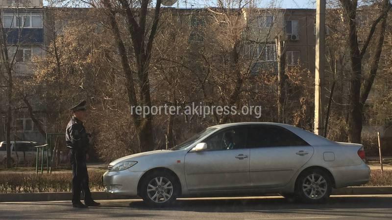 Житель столицы интересуется, можно ли инспекторам УОБДД прятаться за машинами?