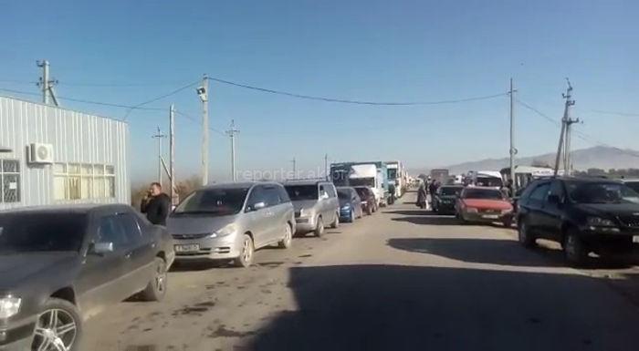 На пункте пропуска Чон-Капка на кыргызско-казахской границе наблюдается 5-6 км пробка <i>(видео)</i>