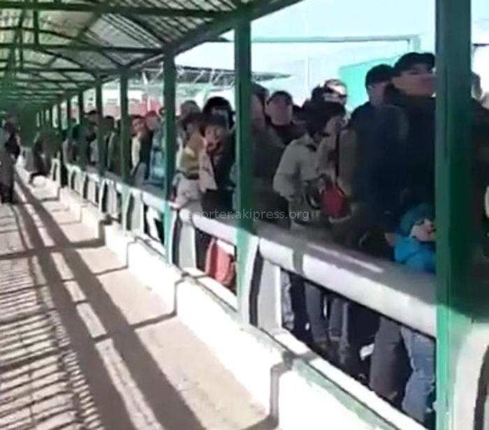 Перед пунктом пропуска «Кордай» скопилось много людей (видео)