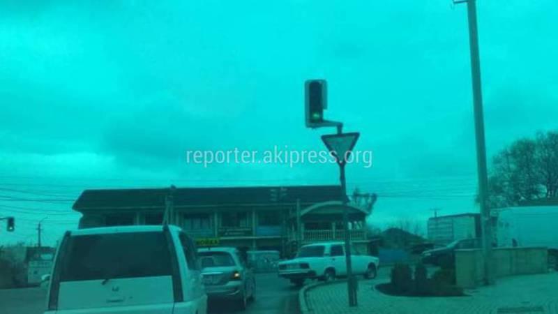 На Ахунбаева-Каралаева из-за убранного дополнительного светофора образуется пробка (фото)