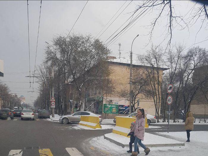 Участок улицы Джунусалиева в Бишкеке перекрыт бетонными плитами, - читатель <i>(фото)</i>