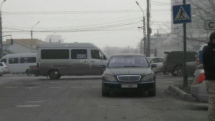 Читатель просит убрать «Мерседес» с проезжей части улицы Ибраимова <i>(фото)</i>