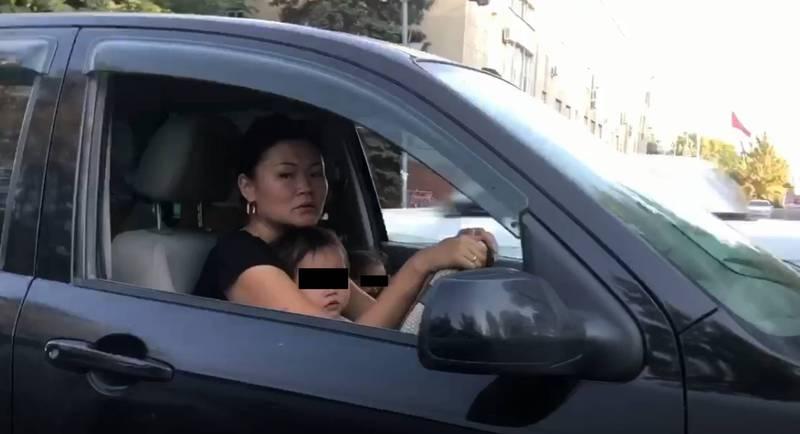 Водитель «Мазды» ехала, посадив ребенка на колени и не пристегнув ремень безопасности