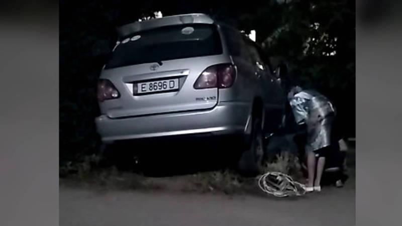 На ул. Можайского «Лексус» въехал в зеленую изгородь (видео)